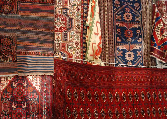 Pot să atârn covorul oriental pe perete?